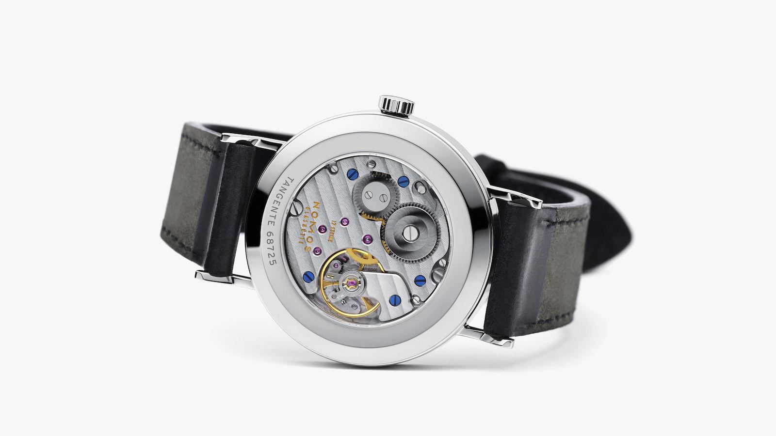 ケースの裏面がスケルトン仕様になっているタイプだと、腕時計をしない休日のひとときに、時計内部の様子をゆっくり鑑賞することができますね。
